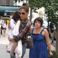Katie Holmes tient dans ses bras sa fille Suri, derrière, Isabella Cruise, en juin 2010 à New York