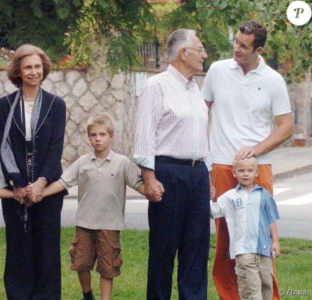 Réunion de famille à Barcelone le 29 septembre 2006 pour l'anniversaire des 74 ans de Juan Maria Urdangarin Berriochoa, en présence de son épouse Claire (haut rose), père et mère d'Iñaki. Le père d'Iñaki Urdangarin, Juan Maria Urdangarin Berriochoa, est mort le 10 mai 2012 à Vitoria-Gasteiz, capitale de la province basque d'Alava où est établie sa famille. L'époux de Cristina d'Espagne était rentré de Washington deux jours plus tôt pour accompagner son père dans ses dernières heures...