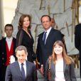 Nicolas Sarkozy et Carla Bruni quittent l'Elysée sous le regard du nouveau couple présidentiel François Hollande et Valérie Trierweiler, à Paris, le 15 mai 2012.