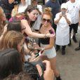 Miley Cyrus rencontre des fans en bas de son hôtel à Miami, le jeudi 17 mai 2012.