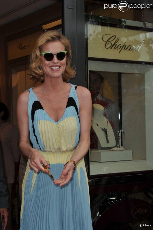Eva Herzigova, en lunettes et robe Prada, inaugure la nouvelle boutique Chopard à Cannes. Le 18 mai 2012.