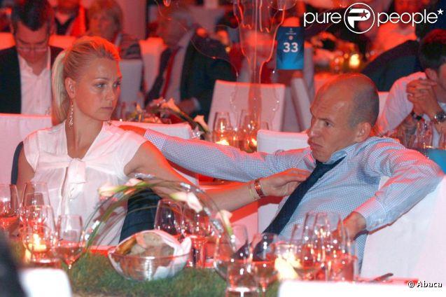 Bernadien Robben, l'épouse d'Arjen Robben, toute attristée devant la détresse de son mari, qui a notamment manqué un penalty crucial...   Au PostPalast de Münich, cela aurait dû être la fête après la finale de la Ligue des Champions, samedi 19 mai 2012. Mais ça a été la tête, suite à la défaite du Bayern face à Chelsea (1-1, 5-4), à l'Allianz Arena.