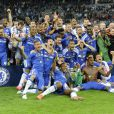 Chelsea et Didier Drogba exultent et soulèvent le trophée de la Ligue des Champions tandis que le Bayern Munich et Franck Ribéry sont effondrés, vaincus aux tirs au but (1-1, 5-4), le 19 mai 2012 à l'Allianz Arena.