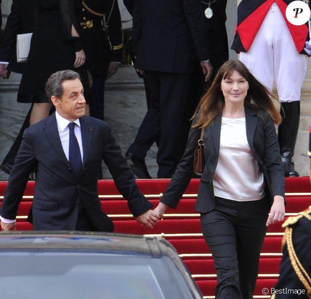 Nicolas Sarkozy et Carla Bruni quittent l'Elysée après la passation de pouvoir, le 15 mai 2012.