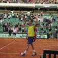 Paul-Henri Mathieu sort sous les ovations après son match marathon face à John Isner le 31 mai 2012 à Roland-Garros au terme de 5h41 de jeu (6-7, 6-4, 6-4, 3-6, 18-16)