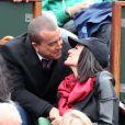 Jade Foret, enceinte, et Arnaud Lagardère, amoureux, assistent aux internationaux de France de Roland-Garros à Paris, le 4 juin 2012. Jade Foret et Arnaud Lagardère ne peuvent s'empêcher d'échanger un baiser.