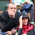 Jade Foret, enceinte, et Arnaud Lagardère, amoureux, assistent concentrés aux internationaux de France de Roland-Garros à Paris, le 4 juin 2012