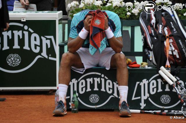 Jo-Wilfried Tsonga prostré le 5 juin 2012 après sa défaite face à Novak Djokovic en quart de finale à Roland-Garros (6-1, 5-7, 5-7, 7-6, 6-1)
