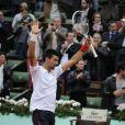 Novak Djokovic salue le public après sa victoire en quart de finale face à Jo-Wilfried Tsonga à Roland-Garros le 5 juin 2012 (6-1, 5-7, 5-7, 7-6, 6-1)