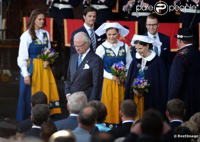 La famille royale de Suède célébrait le 6 juin la Fête nationale 2012. Le roi Carl XVI Gustaf, la reine Silvia, la princesse Victoria, le prince Daniel, le prince Carl Philip et la princesse Madeleine se sont réunis pour la procession en carrosse du palais Drottningholm à Skansen, en fin de journée, avant le dîner officiel donné pour l'occasion.
