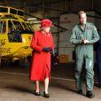 Clarence House a annoncé le 7 juin 2012 que le prince William (photo : le 1er avril 2011, visite guidée de sa base pour la reine) avait été promu au grade de capitaine de la Royal Air Force, suite à la réussite de tests le 29 mai. Le fils du prince Charles va désormais pouvoir prendre le commandement des opérations dans son unité de recherche et de secours, au sein du 22e escadron de la RAF Valley