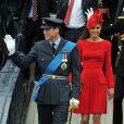 Clarence House a annoncé le 7 juin 2012 que le prince William (photo : en uniforme de la RAF dimanche 3 juin 2012 lors de la parade fluviale du jubilé de diamant) avait été promu au grade de capitaine de la Royal Air Force, suite à la réussite de tests le 29 mai. Le fils du prince Charles va désormais pouvoir prendre le commandement des opérations dans son unité de recherche et de secours, au sein du 22e escadron de la RAF Valley