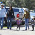 Matthew McConaughey et Camila Alves avec leurs enfants Levi et Vida en février 2012 à Malibu