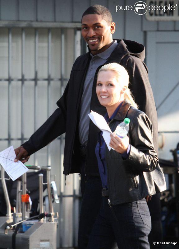 Jennie Garth et le basketteur Metta World Peace, sur le tournage du téléfilm  The Eleventh Victim , à Vancouver au Canada, le vendredi 8 juin 2012.