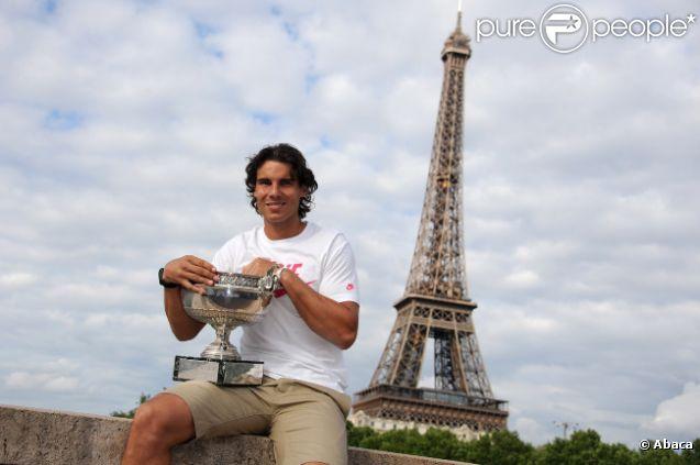 Rafael Nadal pose avec son trophée sur le pont de Bir-Hakeim après avoir décroché son septième titre sur la terre battue de Roland-Garros le 11 juin 2012