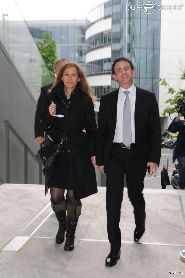 Manuel Valls et son épouse Anne Gravoin à Paris, le 6 mai 2012.
