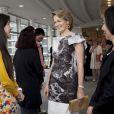 La princesse Mathilde de Belgique au musée de l'Université Bunka Gakuen le 12 juin 2012, dans le cadre de la visite économique au Japon du prince Philippe.
