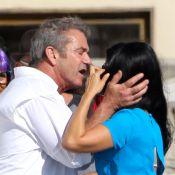 Mel Gibson offre un baiser à pleine bouche à une mystérieuse inconnue
