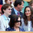 Pippa Middleton était assise à côté de la comédienne Felicity Kendal et son fils Jake Rudman. Pippa Middleton au 4e jour de Wimbledon, le 28 juin 2012. Accompagnée par son frère James, la soeur de la duchesse de Cambridge a pu observer depuis la loge royale les victoires de Serena Williams et Andy Murray.
