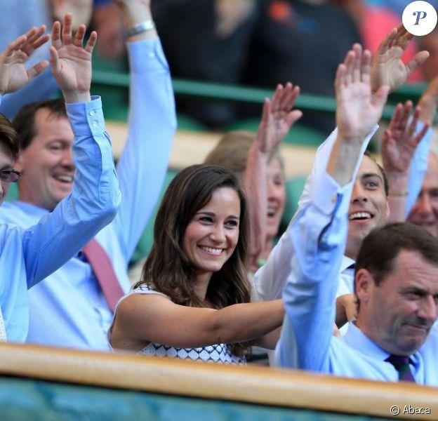 Toujours partante pour la ola ! Pippa Middleton au 4e jour de Wimbledon, le 28 juin 2012. Accompagnée par son frère James, la soeur de la duchesse de Cambridge a pu observer depuis la loge royale les victoires de Serena Williams et Andy Murray.