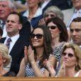 Pippa Middleton au 4e jour de Wimbledon, le 28 juin 2012. Accompagnée par son frère James, la soeur de la duchesse de Cambridge a pu observer depuis la loge royale les victoires de Serena Williams et Andy Murray.