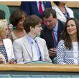 Pippa Middleton était installée à côté de la comédienne Felicity Kendal et son fils Jake Rudman.   Pippa Middleton a fait son apparition dans une tenue Orla Kiely au 4e jour de Wimbledon, le 28 juin 2012. Accompagnée par son frère James, la soeur de la duchesse de Cambridge a pu observer depuis la loge royale les victoires de Serena Williams et Andy Murray.