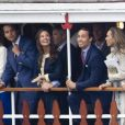 Pippa Middleton dans une robe Orla Kiely lors de la parade fluviale sur la Tamise du jubilé de diamant. Trois semaines plus tard, elle remettait la même robe pour se rendre à Wimbledon, le 28 juin 2012.