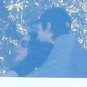 Mila Kunis et Ashton Kutcher : Le couple attrapé en flagrant délit de câlins !