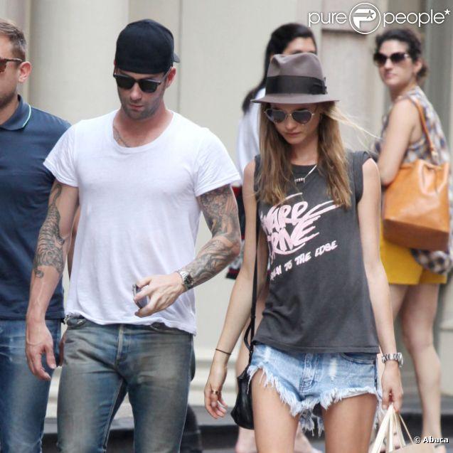 Adam Levine et sa petite amie Behati Prinsloo : beaux et fous d'amour dans le quartier de Soho à New York le 1er juillet 2012