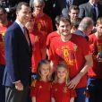 Iker Casillas a posé avec les princesses Leonor et Sofia. Champions d'Europe, les joueurs de l'équipe nationale d'Espagne étaient reçus en audience par la famille royale au palais de la Zarzuela, à Madrid, lundi 2 juillet 2012, au lendemain de leur victoire sur l'Italie (4-0) en finale de l'Euro 2012.