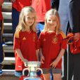 Les adorables princesses Leonor, 6 ans, et Sofia, 5 ans, filles du prince Felipe et de la princesse Letizia, ont soulevé la coupe d'Europe ! Champions d'Europe, les joueurs de l'équipe nationale d'Espagne étaient reçus en audience par la famille royale au palais de la Zarzuela, à Madrid, lundi 2 juillet 2012, au lendemain de leur victoire sur l'Italie (4-0) en finale de l'Euro 2012.
