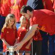 Champions d'Europe, les joueurs de l'équipe nationale d'Espagne étaient reçus en audience par la famille royale au palais de la Zarzuela, à Madrid, lundi 2 juillet 2012, au lendemain de leur victoire sur l'Italie (4-0) en finale de l'Euro 2012.