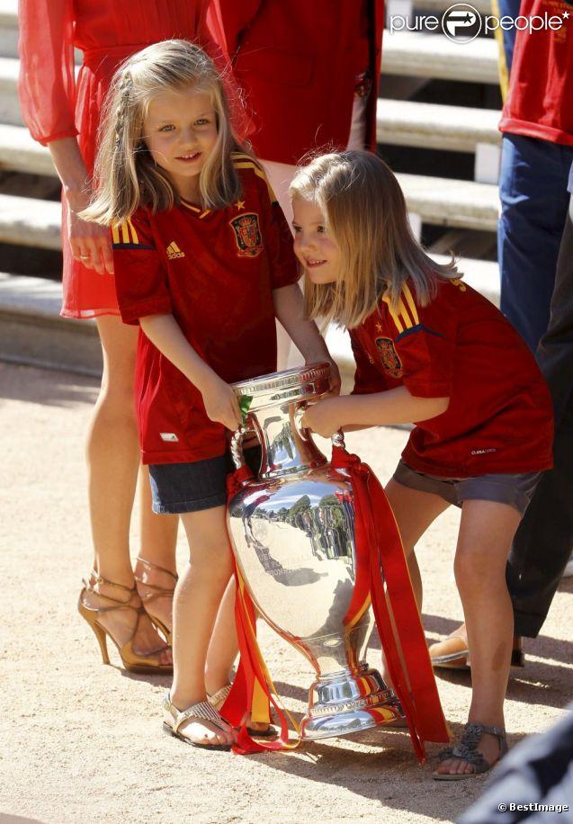 Les princesses Leonor, 6 ans, et Sofia, 5 ans, filles du prince Felipe et de la princesse Letizia d'Espagne, ont eu le privilège de jouer avec la coupe rapportée en Espagne par la Roja, victorieuse de l'Euro 2012, à la Zarzuela le 2 juillet 2012.