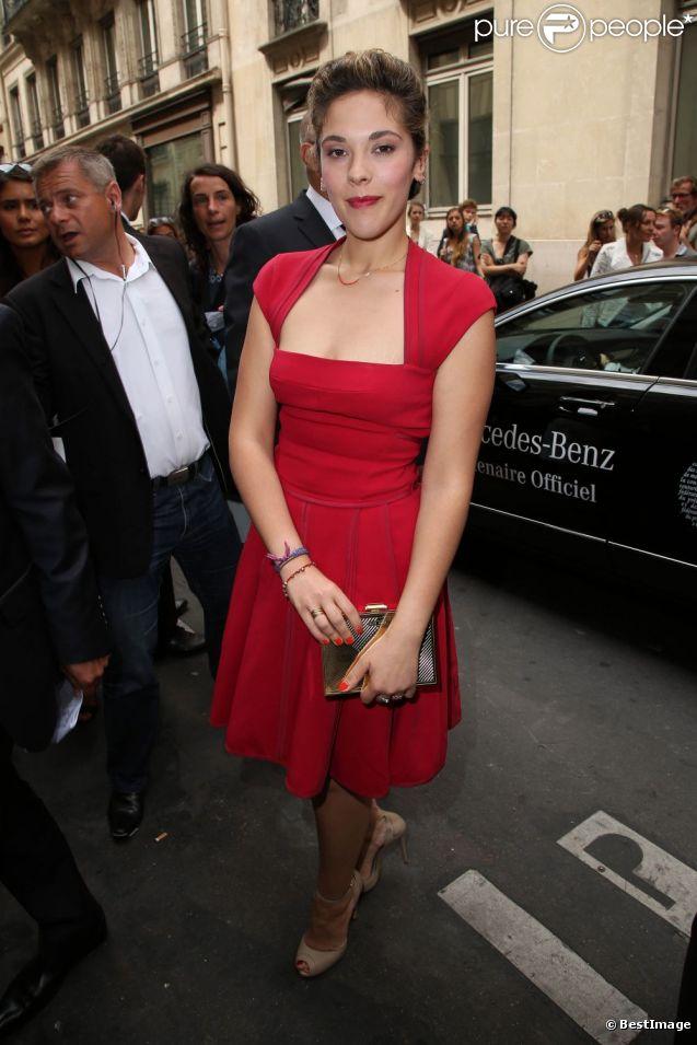 Alysson Paradis arrive au Pavillon Cambon pour le défilé haute couture d'Elie Saab. Paris, le 4 juillet 2012.