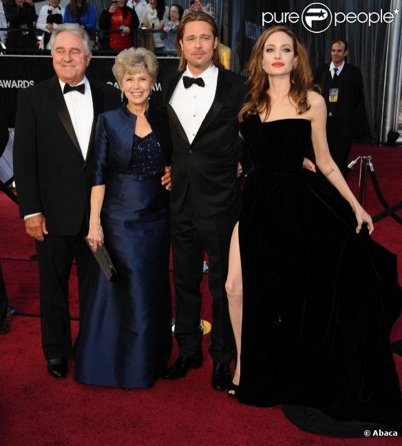 Angelina Jolie et Brad Pitt entourés de ses parents Jane et William, lors des Oscars en février 2012.
