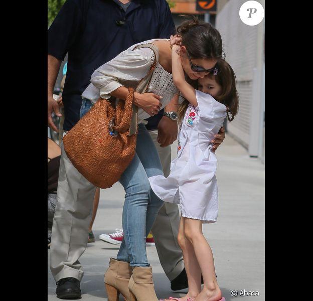 Katie Holmes et sa fille Suri, qui ne lâche pas sa maman, au Children's Museum of Arts à New York le 13 juillet 2012