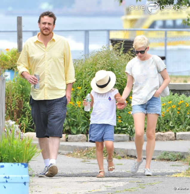 Michelle Williams se promène à Brooklyn avec sa fille Matilda et son compagnon Jason Segel le 15 juillet 2012
