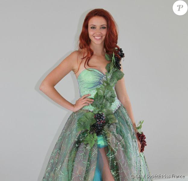 La jolie Delphine Wespiser, Miss France 2012, dans son costume national créé par l'alsacien Thibault Welchlin