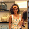 Rihanna essaye quelques accessoires dans la boutique Versace durant sa séance shopping. Porto Cervo, le 17 juillet 2012.