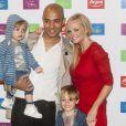 Emma Bunton, son compagnon Jade Jones, et leurs deux enfants Beau et Tate, lors du lancement de la collection automne-hiver de sa gamme pour enfants chez Argos, à Covent Garden, à Londres, le 19 juillet 2012 - Toute la famille sourit