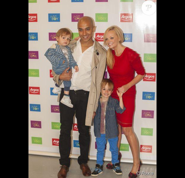 Emma Bunton en famille avec son compagnon Jade Jones, et leurs deux enfants Beau et Tate, lors du lancement de la collection automne-hiver de sa gamme pour enfants chez Argos, à Covent Garden, à Londres, le 19 juillet 2012