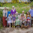 Au premier rang : la comtesse Ingrid, le prince Christian, la reine Margrethe de Danemark, le prince Henrik avec la princesse Isabella sur les genoux, la princesse Mary avec le prince Vincent sur les genoux. Debout derrière : la princesse Alexandra avec son fils le comte Friedrich et sa mère la princesse Benedikte, le prince Frederik.   La famille royale danoise s'est rassemblée comme tous les ans devant la presse lors de ses vacances d'été, le 20 juillet 2012, pour quelques photos de famille dans les jardins du palais de Grasten, dans le Jutland.