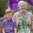 Le prince Christian, 6 ans, toujours très proche de sa grand-mère la reine Margrethe de Danemark.   La famille royale danoise s'est rassemblée comme tous les ans devant la presse lors de ses vacances d'été, le 20 juillet 2012, pour quelques photos de famille dans les jardins du palais de Grasten, dans le Jutland.   Cette année, la princesse Benedikte s'est jointe, avec sa fille la princesse Alexandra et ses enfants le comte Friedrich et la comtesse Ingrid, à la reine Margrethe, le prince Henrik, le prince Frederik et la princesse Mary avec trois de leurs quatre enfants - Christian, Isabella et Vincent, Josephine étant malade.