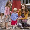 Le prince Vincent de Danemark, surveillé par sa maman la princesse Mary, est intrigué par la fontaine du bassin.   La famille royale danoise s'est rassemblée comme tous les ans devant la presse lors de ses vacances d'été, le 20 juillet 2012, pour quelques photos de famille dans les jardins du palais de Grasten, dans le Jutland.   Cette année, la princesse Benedikte s'est jointe, avec sa fille la princesse Alexandra et ses enfants le comte Friedrich et la comtesse Ingrid, à la reine Margrethe, le prince Henrik, le prince Frederik et la princesse Mary avec trois de leurs quatre enfants - Christian, Isabella et Vincent, Josephine étant malade.