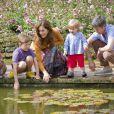 La princesse Isabella et le prince Christian tâtent la température de l'eau du bassin avec leur mère la princesse Mary, sous le regard intrigué de leur petit frère le prince Vincent. Le père Frederik surveille d'un regard tendre.   La famille royale danoise s'est rassemblée comme tous les ans devant la presse lors de ses vacances d'été, le 20 juillet 2012, pour quelques photos de famille dans les jardins du palais de Grasten, dans le Jutland.   Cette année, la princesse Benedikte s'est jointe, avec sa fille la princesse Alexandra et ses enfants le comte Friedrich et la comtesse Ingrid, à la reine Margrethe, le prince Henrik, le prince Frederik et la princesse Mary avec trois de leurs quatre enfants - Christian, Isabella et Vincent, Josephine étant malade.