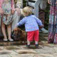 Le prince Vincent, un petit bonhomme sur ses deux pattes qui câline ses amis à quatre pattes !   La famille royale danoise s'est rassemblée comme tous les ans devant la presse lors de ses vacances d'été, le 20 juillet 2012, pour quelques photos de famille dans les jardins du palais de Grasten, dans le Jutland.   Cette année, la princesse Benedikte s'est jointe, avec sa fille la princesse Alexandra et ses enfants le comte Friedrich et la comtesse Ingrid, à la reine Margrethe, le prince Henrik, le prince Frederik et la princesse Mary avec trois de leurs quatre enfants - Christian, Isabella et Vincent, Josephine étant malade.