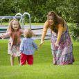 La princesse Isabella est ravie que son petit frère Vincent marche. Leur maman la princesse Mary surveille ces premiers pas.   La famille royale danoise s'est rassemblée comme tous les ans devant la presse lors de ses vacances d'été, le 20 juillet 2012, pour quelques photos de famille dans les jardins du palais de Grasten, dans le Jutland.   Cette année, la princesse Benedikte s'est jointe, avec sa fille la princesse Alexandra et ses enfants le comte Friedrich et la comtesse Ingrid, à la reine Margrethe, le prince Henrik, le prince Frederik et la princesse Mary avec trois de leurs quatre enfants - Christian, Isabella et Vincent, Josephine étant malade.
