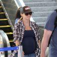 Reese Witherspoon, enceinte de son troisième enfant, à l'aéroport de Los Angeles, le 19 juillet 2012.