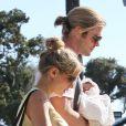 Elsa Pataky et Chris Hemsworth dans les rues de Santa Monica avec leur fille India Rose dans les bras, le 20 juillet 2012.