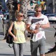 Elsa Pataky, Chris Hemsworth et leur fille India Rose en balade dans les rues de Santa Monica, le 20 juillet 2012.